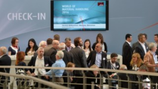 persone all'ingresso dell'evento world of material handling